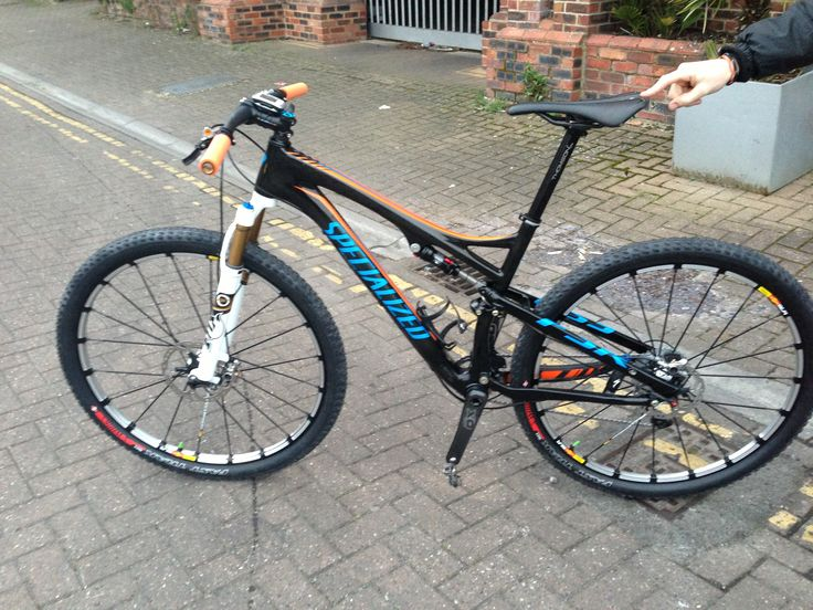 Ians blinged up and tricked out Specialized Epic. Not exactly stock spec, 1x10 Shimano XTR with SRAM X0 carbon cranks with MRP Ring. Fox 29er kashima forks and Mavic Crossmax SLR wheels and sworks tubeless tyres. Weighing in at less than the sworks version. Don't forget the trick orange ESI grips.