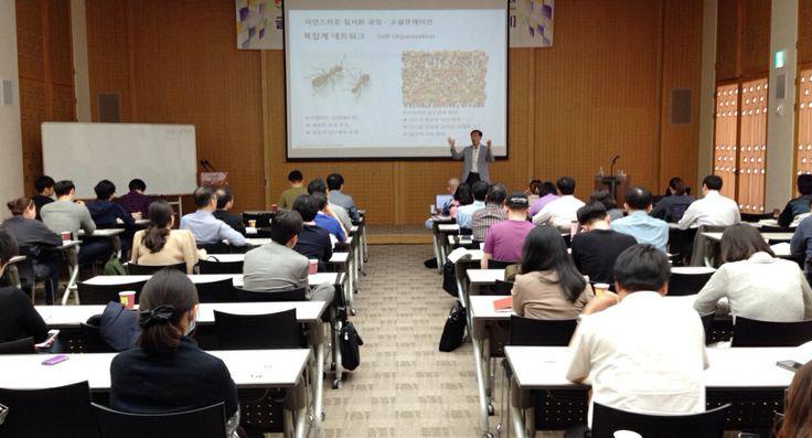 "[SPH교육] 지금!! 서울파트너스하우스에서는 서울시 중소/벤처기업 임직원분들을 대상으로 '글로벌 SNS 마케팅 & 콘텐츠 실무과정'교육을 진행하고 있습니다.   한류3.0시대를 맞아 페이스북, 트위터 등 SNS를 활용해 해외시장을 개척하려는 많은 분들이 열정적으로 수업을 듣고 계시네요. ^^  본 강의는 오는 6월 2일(월)까지 8회에 걸쳐 진행할 예정입니다. 앞으로도 서울파트너스하우스 교육과정에 많은 관심 부탁드립니다. ^^  ""서울파트너스하우스는 오늘도 서울 중소기업의 글로벌 비즈니스 역량 강화를 위해 노력하겠습니다!""   - Seoul Partners House -"