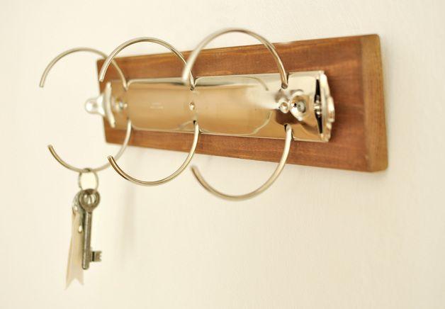 Das Schlüsselbrett ist ein originelles und praktisches Wohnassessoire und macht sich sicher gut im Eingangsbereich so mancher Wohnung. Auf der Rückseite befindet sich zwei kleine Haken zur...