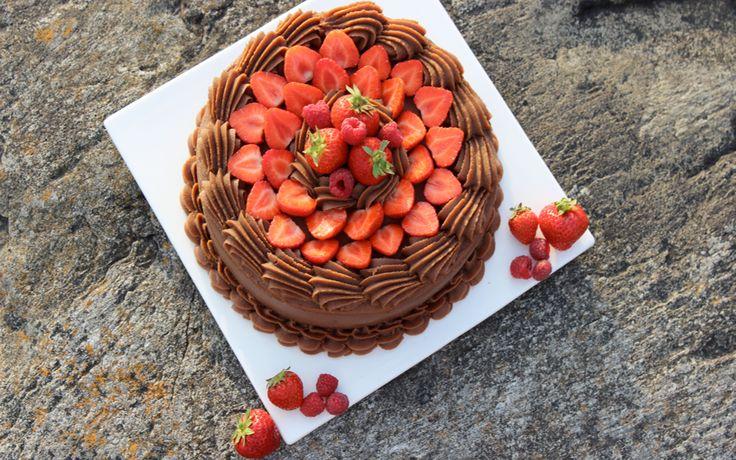Dette er en oppskrift på en sommerlig sjokoladekake. Frisk og fin med bær på toppen. Bruk gjerne selvplukkede jordbær eller andre bær du har.