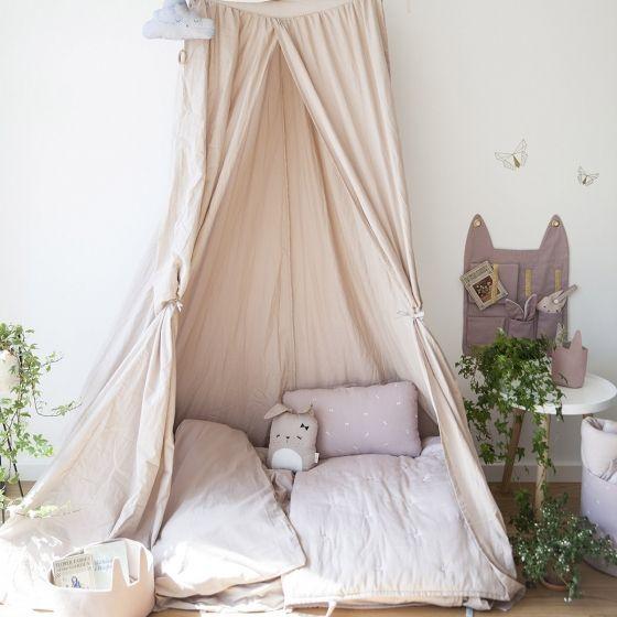 Un grand baldaquin en coton biologique. Deux couleurs : rose poudré ou gris clair.Parfait comme ciel de lit dans une chambre, ou comme grande tente sous un arbre l'été. Hauteur : 2 mètres.