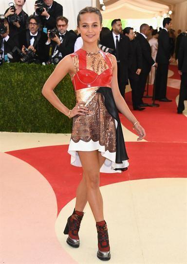 Met Gala 2016: los peores y los mejores looks  Alicia Vikander, quien será la nueva Lara Croft, con este modelo de corset rojo ya se pone en el papel de la heroína, ¿cierto?. Foto: AFP