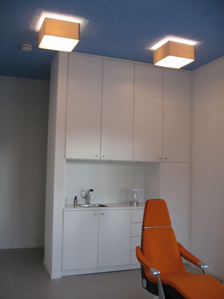blauwe plafond met lampen