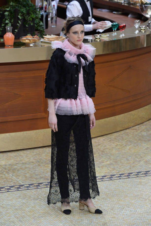 Immagine di http://cdn2.stbm.it/pianetadonna/gallery/foto_gallery/moda/sfilate/foto-paris-fashion-week-collezione-chanel-ai-2015-2016/outfit-con-top-rosa-di-tulle-e-gonna-lunga-nera-di-pizzo.jpeg?.