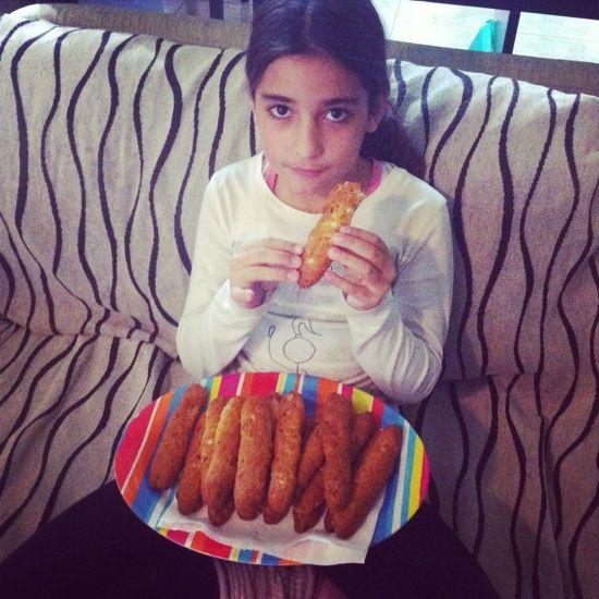 Μανουλίνες μου γλυκές… Πολύ γνωστή η σημερινή συνταγή!! Τώρα αν η πηγή ειναι σωστή δεν ξέρω, ξέρω πως εγώ από την κόρη της κυρίας Ρούλης την έμαθα… την Αλεξάνδρα!! Οπότε