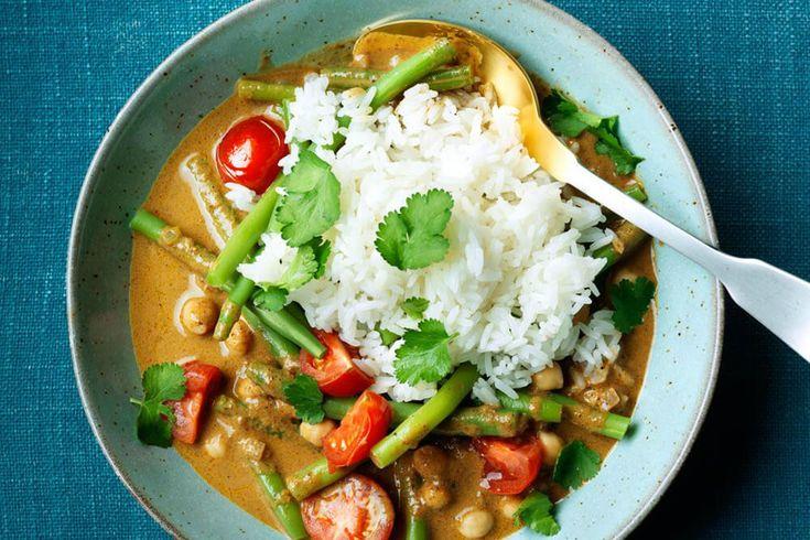 Het recept van de verwarmende curry met sperziebonen, tomaatjes en kikkererwten, rijst en currypasta van een biologische Nederlandse importeur vind je hier!