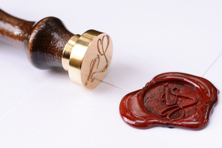 Your monograms designed on the sealing wax in accordance with the wedding style.