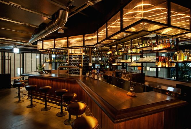 """NYのブルックリンをイメージしたカジュアルなインターナショナル・ダイニングバー「SMITH」が表参道の新たなランドマーク「Qプラザ原宿」の4階にオープンした。  同店では、ノースウエスト生まれのオリジナルクラフトビール「SMITH IPA」をはじめとする世界10ヵ国以上・40種類のクラフトビールや、世界中のワイナリーから届くバリエーション豊かな産地直送ワインを楽しめる。気になるフードは """"インターナショナル&ヘルシー""""をキーワードに、近年注目されている「ファーム トゥ テーブル」を意識し、関東近郊の契約農家から届く新鮮野菜を使用したピザをはじめ、どれも美味しそうなものばかり。広々とした店内は5つの空間を演出しているので、女子会やデートなどさまざまなシーンで利用してみたくなる。ぜひ、足を運んでみて。  SMITH 場所/東京都渋谷区神宮前6-28-6 Qプラザ原宿4F 営業時間/Lunch 11:00〜15:00(L.O.14:30)、Cafe 15:00〜17:00、Dinner 17:00〜23:00(L.O.22:00) 電話/03-6419-7789…"""
