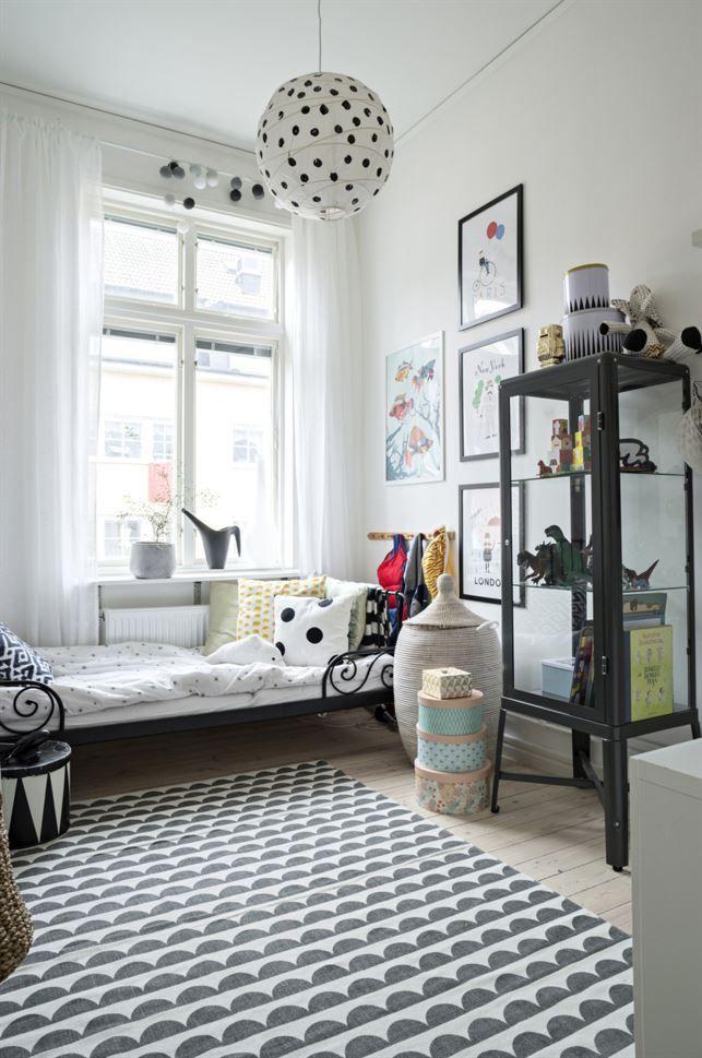 Eskils rum går i grafiskt svart och vitt, en bra bas för alla leksaker och prylar som finns här. Säng och skåp från Ikea. Matta från Ellos.