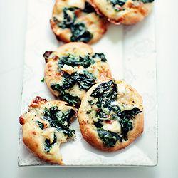 Mini pizze ze szpinakiem i kremowym sosem śmietankowym