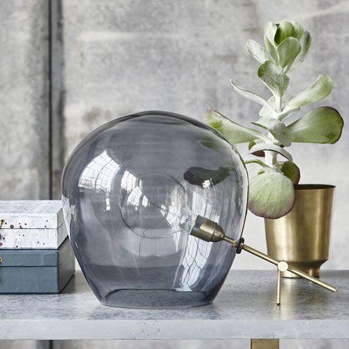 Lampe à poser globe en verre fumé et tige en laiton House Doctor