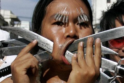 a totally crazy thai festival (FOTO: DPA)
