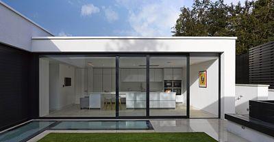 V přízemí je společně s obývacím pokojem umístěna také kuchyň. Obě místnosti umožňují pohodlný vstup na centrální dvůr.