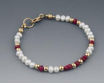 Delgado blanco brazalete de perlas con piedras preciosas rubí rojo genuino y 14 K de oro llenaron de abalorios y broche, hecho a mano