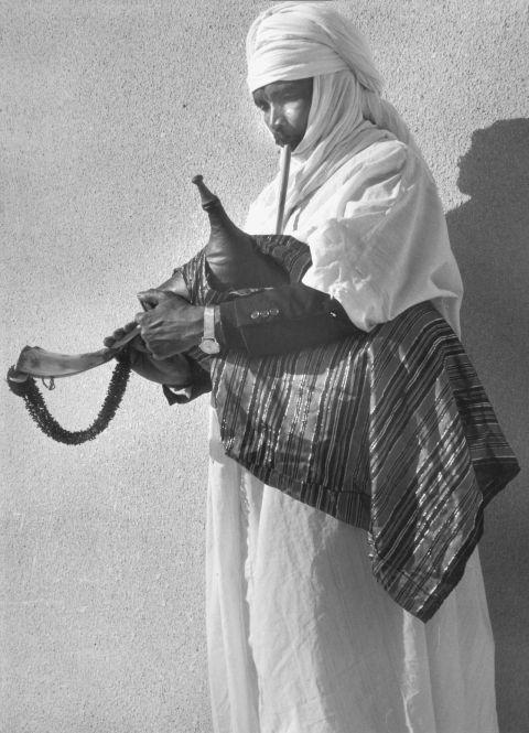 Fig. 3.En Libye, la cornemuse zokra est ornée de parures féminines. Elle comporte deux tuyaux de jeu mélodiques accolés que l'on fait sonner à l'unisson comme ceux de la clarinette double magrouna de la même région.