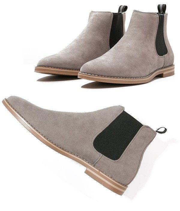 Le produit du jour est une belle paire de bottines en cuir suédé de la marque ZIGN. Cette bottines pour homme sont de couleur gris taupe, idéal pour le printemps 2017. Les chelsea boots (bottines sans lacets mais avec 2 bandes élastiques) sont les chaussures à la mode pour les hommes élégants depuis quelques mois et celà sera encore le cas au printemps 2017.