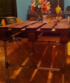 Costruire un tavolo con un pallet di legno e alcuni tubi in acciaio inox