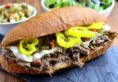 İtalyan Usulü Biftekli Sandviç tarifi gayet pratik ve lezzetli bir öğün. Sosu, bifteğin kuruluğunu alıyor, çıtır ekmekle lezzeti nirvanaya çıkıyor.