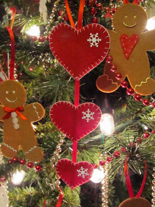 Very cute gingerbread men and heart decorations!