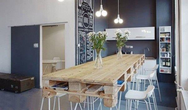 Table en palette sur pieds en épingle dans une grande cuisine contemporaine ouverte