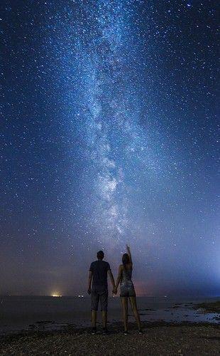 Kijkend naar de mooie sterrenhemel ✨ denkend aan de vrouw in mijn leven  die mij de gelukkigste jongeman in de wereld kan maken  met één simpel appje  ik hou van je lief  veel liefde en kusjes van hier  ik hoop je snel weer vast te kunnen houden in mijn armen ❤️