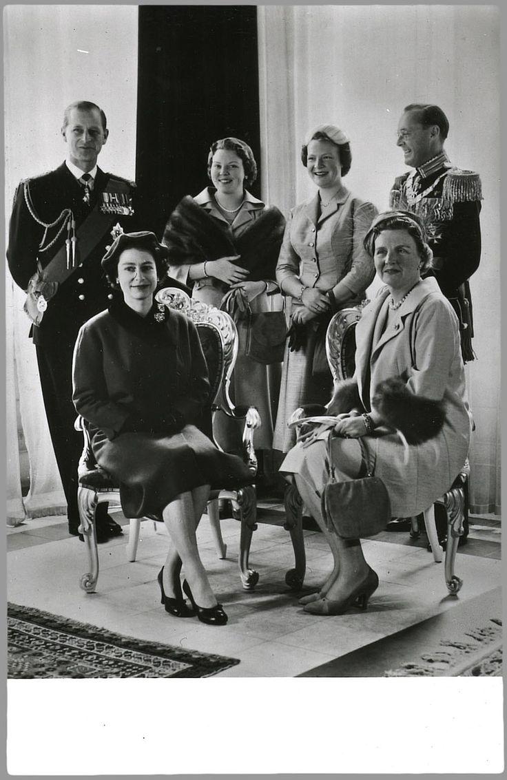 Staatsiefoto ter gelegenheid van het bezoek van het Engelse koningspaar. Achter, van links naar rechts: prins Philip, prinses Beatrix, prinses Irene en prins Bernhard; voor, van links naar rechts: koningin Elizabeth en koningin Juliana