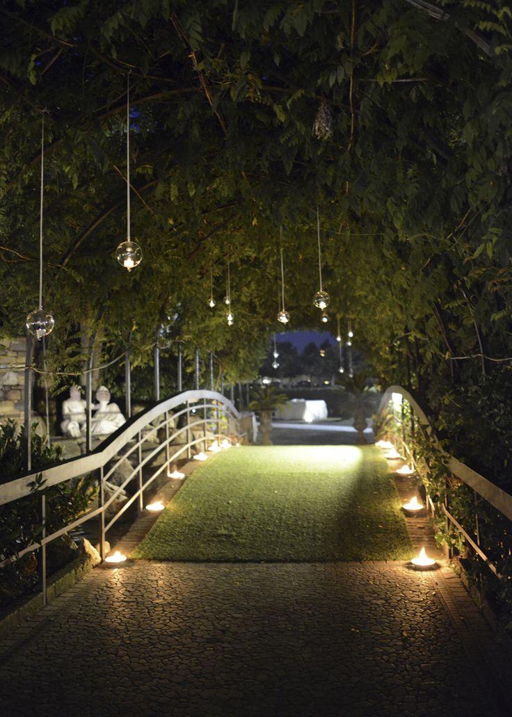 Luci e candele per un matrimonio all 39 aperto da favola for Luci per giardino