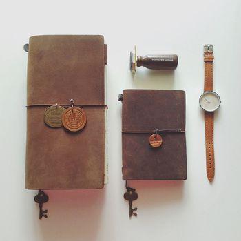 好きなチャームなどつけて、少し小さなパスポートサイズのトラベラーズノートとお揃いにしても可愛いですね。