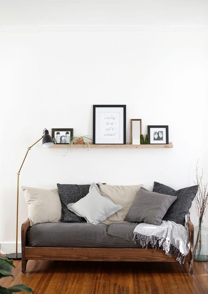 Vintage Einrichtung, Sofa mit vielen Deko Kissen, Stehlampe, Holzregal mit Fotos darauf