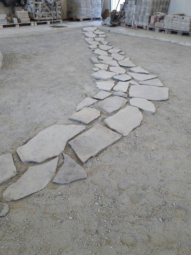 Opiskelijoiden tekemä liuske kivipolku.
