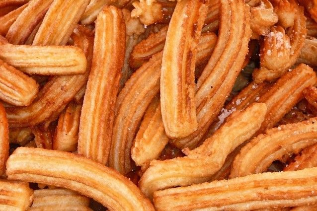 I churros sono un dolce fritto tipico spagnolo e che ritroviamo anche in Argentina e Messico. Si preparano con una pastella, che ricorda molto quella della pasta choux, fatta di acqua, farina, zucchero, sale e olio per friggere.