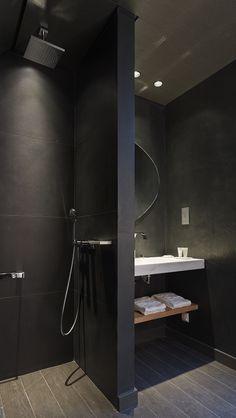 Musta kylpyhuone, kiinteä suihkuseinä