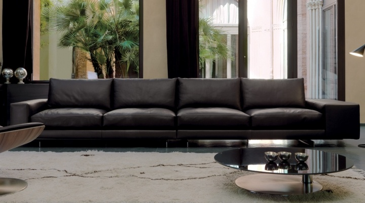AGON by Roberto Gobbo: a reassuring, essential shape for a modular sofa, raised above the floor, which offers the comfort of a seat with variable densities, thanks to the back structure equipped with a mechanism that allows it to rise11 cm vertically, and to a fixed version [by Désirée and Gruppo Euromobil].