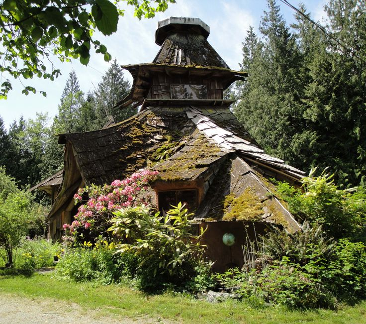 Earthhouse by barefoot architect Sunray Kelley. I love these kind of houses. Almost fairytale-like.