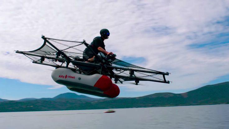 Está a punto de venderse en el mercado, como cualquier otro producto. Se trata de Kitty Hawk Flyer, el primer coche volador. Ha sido presentado en sociedad, después de mucho tiempo desarrollándose en secreto. Visualmente, el vehículo parece ser una mezcla entre las motos de agua y las naves...