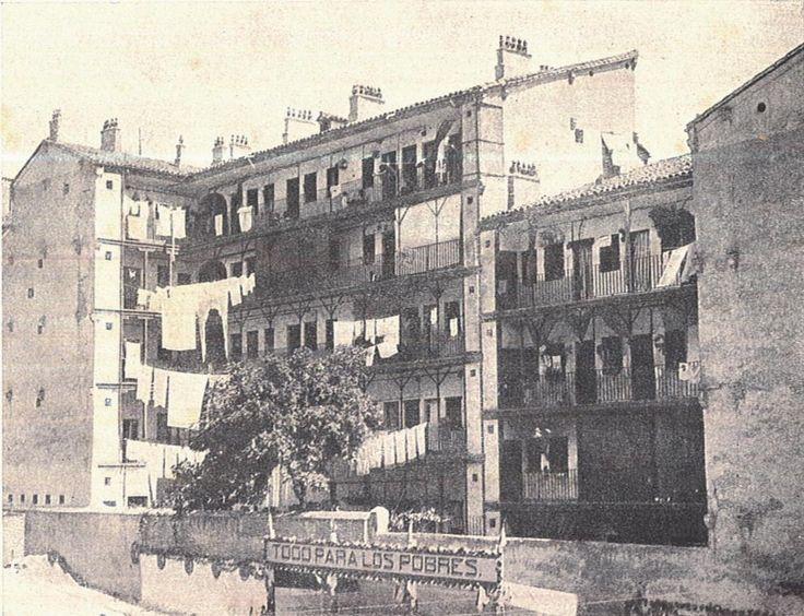 Viviendas de obreros en los arrabales del sur de la capital a principios del XX. Arriba: casa de vecindario en el barrio de Lavapies (entre las calles Sombrerete y Tribulete