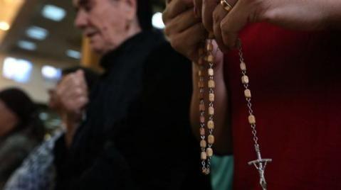 """""""El Estado Islámico en Irak (EI) comenzó a marcar las puertas de las casas de los cristianos en Irak como forma de perseguir este credo. La persecución a la que están sometidos es tal que incluso los yihadistas más radicales han comenzado a marcar las puertas de las casas con el símbolo de la letra del alfabeto árabe ن, que hace mención a la palabra """"nazareno"""", la forma de designar a los cristianos por el Corán...""""."""