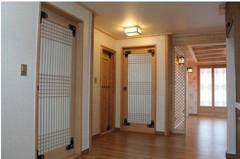 현대식한옥(개량한옥) 의 인테리어 입니다. 밑으로는 목포에 위치한 한옥아파트 자료 입니다. 사진을 보면 문틀, 문, 창호, 조명, 몰딩 등 딱딱한 아파트의 기존 이미지가 아닌 문고리, 경첩, 전등 갓 등으로 표현하여 한옥의 고풍스러운 느낌을 잘 살린 한옥식 아파트 입니다.