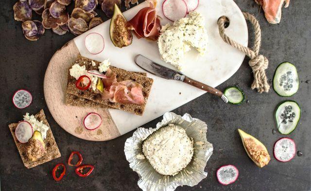 Tal como muitos outros pratos de cariz rústico, a origem da Bruschetta remonta ao mundo rural, neste caso o italiano. Um aproveitamento das sobras de pão, tostadas na grelha e untadas com alho e/ou azeite que, hoje, ganhou estatuto de prato gourmet.