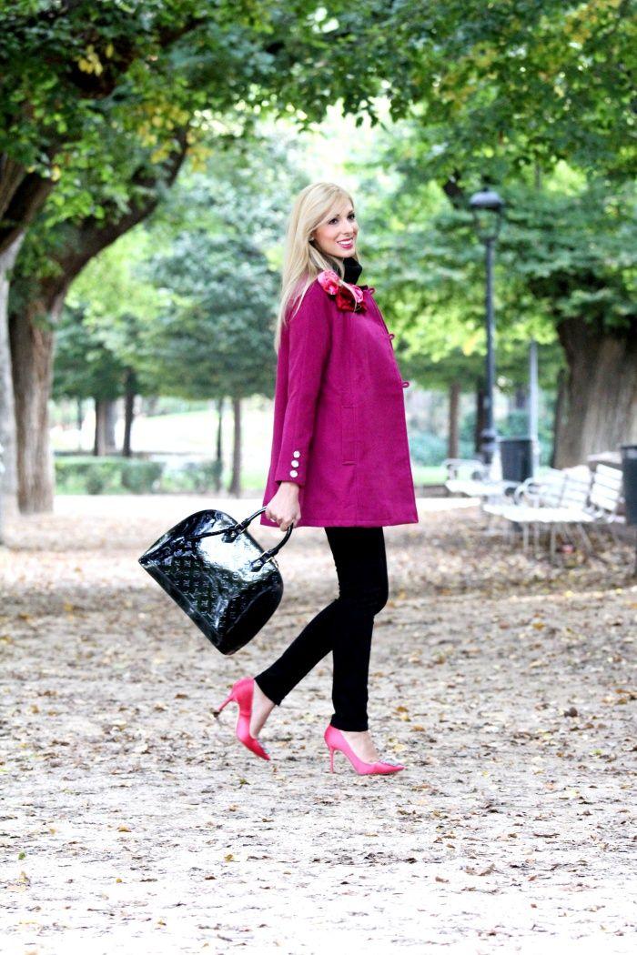 look de street style protagonizado por un abrigo magenta con flores de tercopelo y botones de cristal de Rosalita Mc Gee, sin duda una prenda estrella. #rosalitamcgee #abrigofauske #abrigomagenta #coat #aw15 #wintercoat