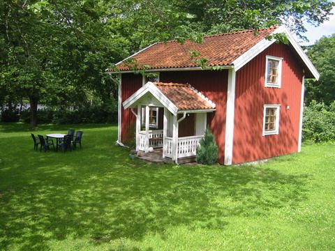 Sjönära timmerstuga på gård i Småland (Stuga uthyres i Vrigstad, Småland)