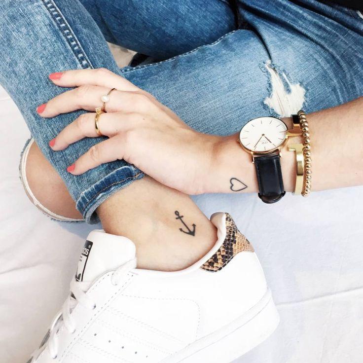 Los pequeños tatuajes de Melli: un ancla en el interior del tobillo derecho, y un corazón en el exterior de la muñeca izquierdo.