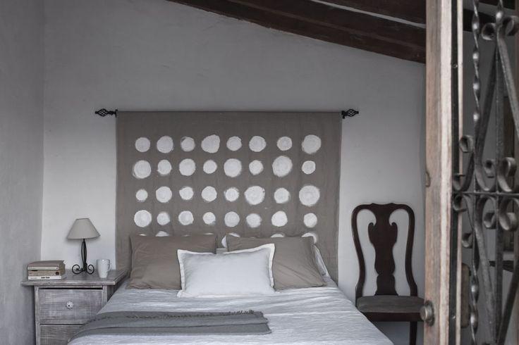 Aranżacja sypialni nieco odbiega od typowych dla stylu hiszpańskiego mocnych kolorów. Surowe wnętrze ocieplają szarość z kroplą brązu i inne barwy natury. Aranżacja sypialni – mimo, że na pozór surowa – jest subtelna i ciepła jednocześnie.