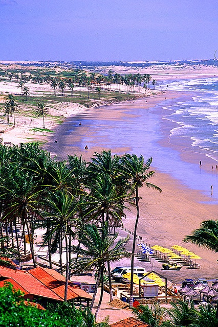 Praia entre Fortaleza e Jericoacoara, estado do Ceará, Brasil.