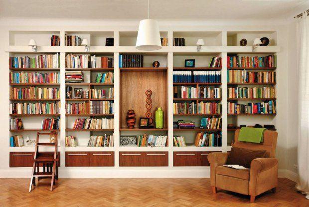 Cała ściana została zabudowana płytami gipsowo-kartonowymi tworząc regał. Aby pomieścić cały księgozbiór, właściciele zdecydowali się na mebel głębszy od standardowego, dzięki temu książki stoją w dwóch rzędach.