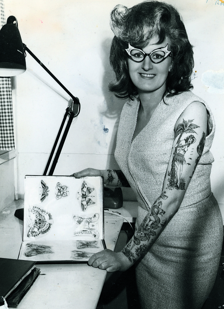 Cindy Ray in her studio; Ivanhoe, Australia (1960s) | 14 Truly Awesome Photos Of Tattoos Throughout History