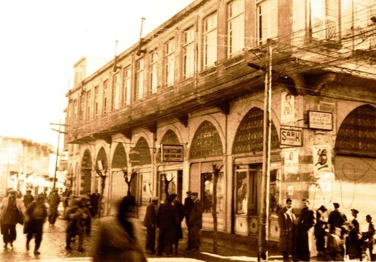 Büyük Pasaj 1900 lerin başında Ermeni KaraNazar tarafından arka tarafı sabunhane ,öntarafı dükkanlar olan işhanı olarak yaptırılmıştı.Antep Harbi sırasında Yıldırım Tabur Karargahı ve iaşe deposu ve dağıtımı için kullanıldı.Harpten sonra Mahmut Atay tarafından satın alındı.Arka tarafındaki sabunhane ve bahçe de binaya katıldı .1960 larda 2.kat yapılarak bugünkü haline getirildi.