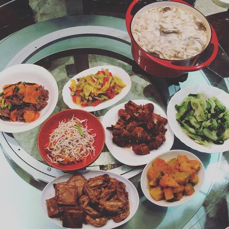 #dinner 兩個小學生之母的晚餐秀 - 其實只有炒青菜胡蘿蔔炒牛肉排骨湯是她親手做的其他全是媽媽的傑作