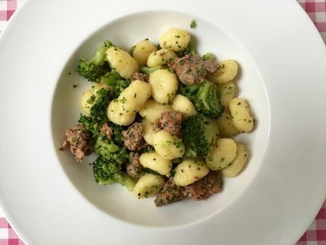 Gnocchi met verse worst en broccoli | Ideaal voor een snel door-de-weekse maaltijd | Het lekkerste recept vind je op Alles Over Italiaans Eten