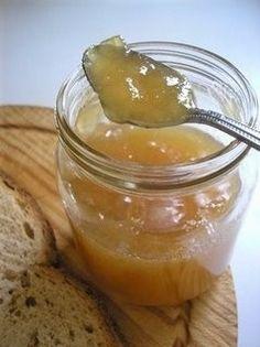 Ricetta per preparare la marmellata di mele e limoni, buonissima e particolare da usare per farcire crostate e torte ma anche per accompagnare secondi piatti come gli arrosti di selvaggina.